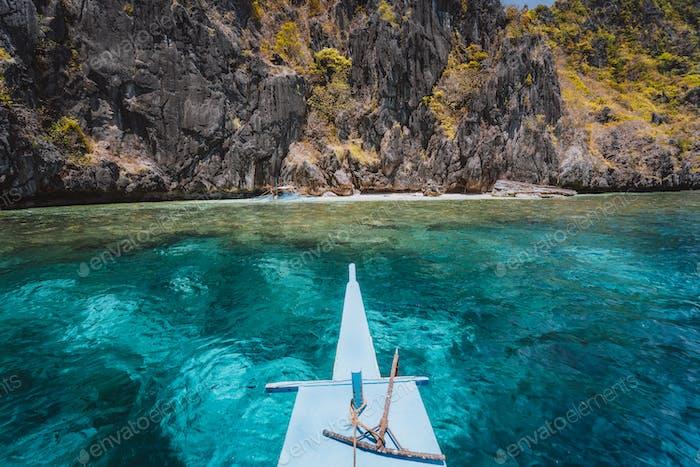 El Nido, Philippinen. Front of Island Hopping Tour Boot schweben über offene Meerenge zwischen exotischen Karst