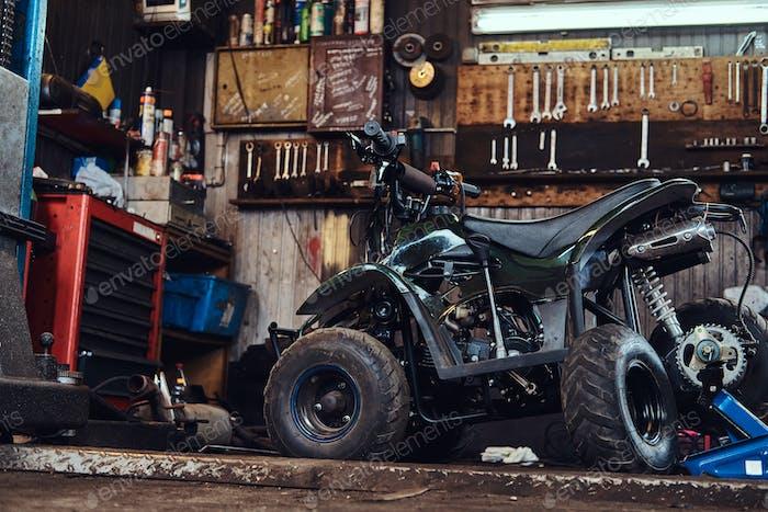 Zerbrochenes Fahrzeug bei ato Service-Werkstatt