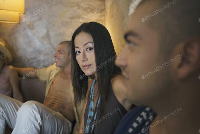 mujer joven mirando a la cámara