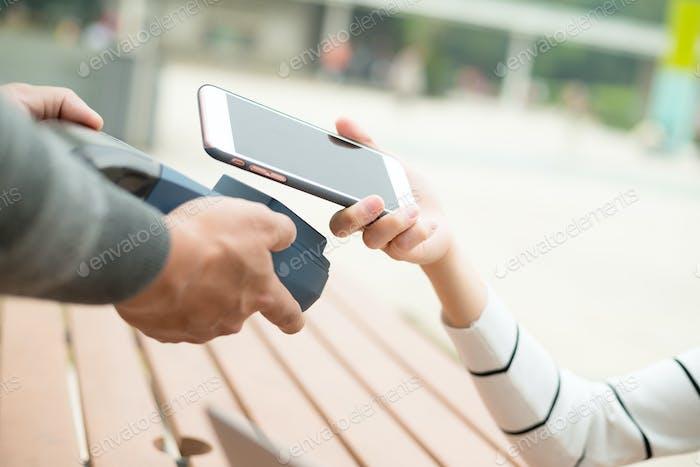 Kunden bezahlen mit Handy von NFC