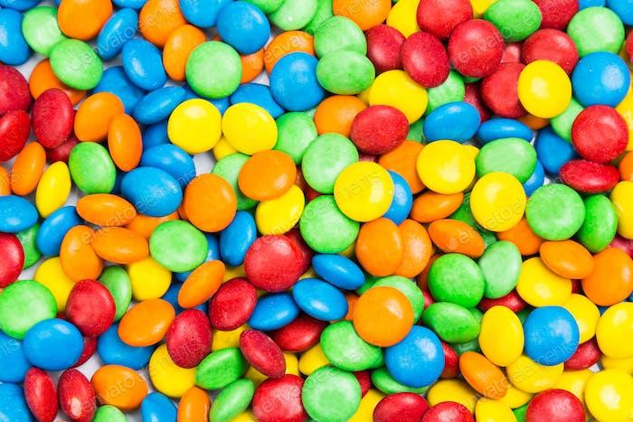 Haufen von bunten köstlichen Milchschokoladenbonbons in knackiger Schale