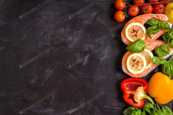 Rohe Lachssteaks und frische Zutaten zum Kochen