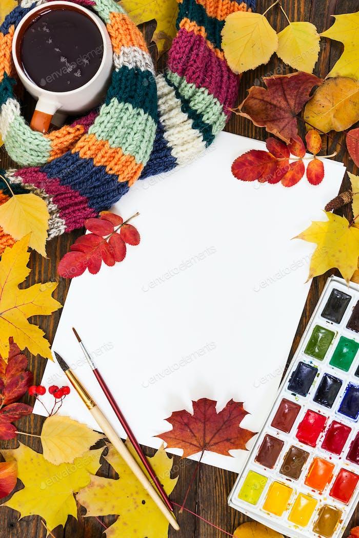 Arbeitsplatz des Künstlers. Blatt Papier, Farben, Pinsel und Herbst