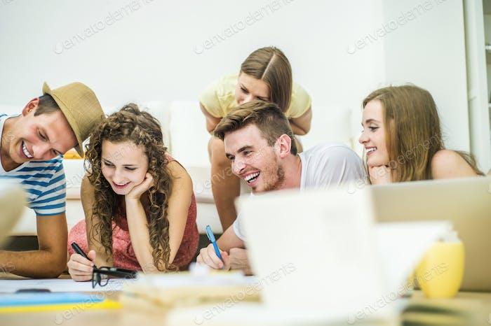 Группа молодых студентов, обучающихся