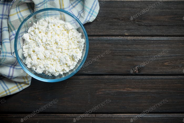 Cottage cheese in bowl .