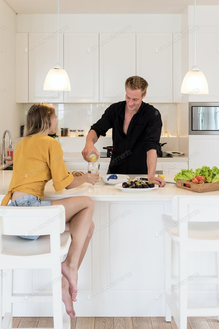 Paar Kochen auf einer weißen Insel Küche zu Hause