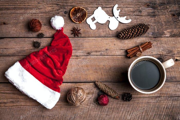 Tasse Kaffee und Weihnachtsmütze, Weihnachtsset, Geschenk und Weihnachtsbaum. Feier