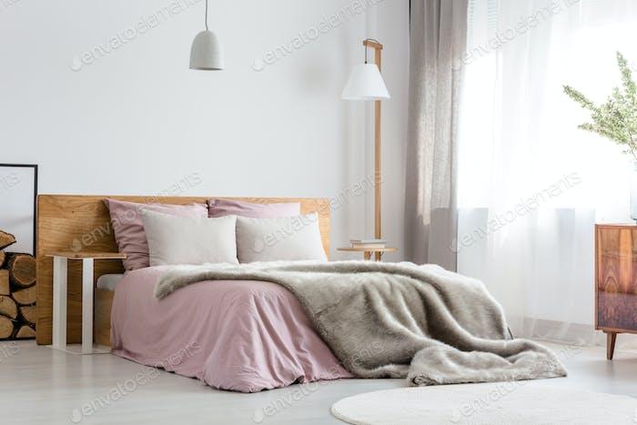 Graue Decke auf dem Bett