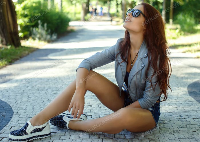 Sexy Brünette Mädchen in Sonnenbrille.