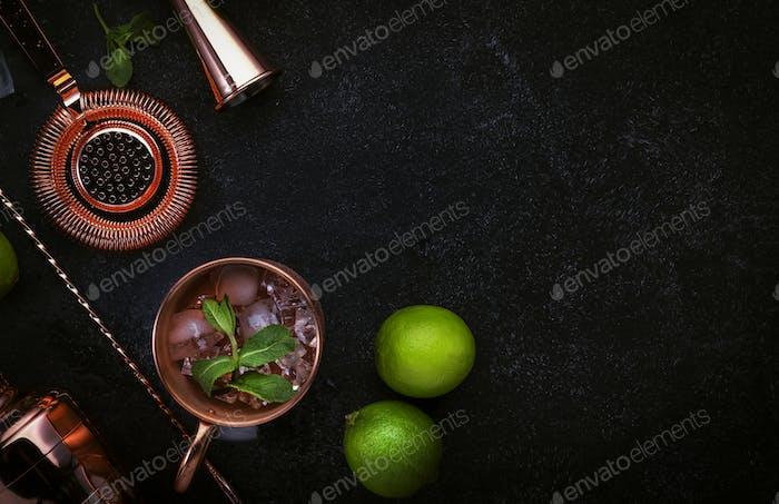 Vorbereitung Moscow Mule Cocktail mit Ingwerbier, Wodka, Limette und Eis