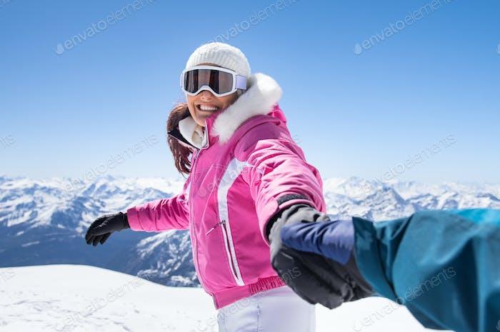 Glückliche Freundin im Winter