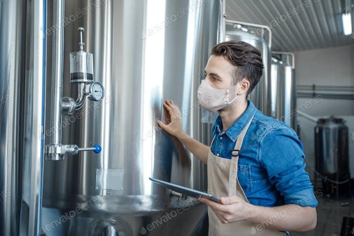 Trabajar en la fábrica de cerveza moderna en la epidemia de Covid-19