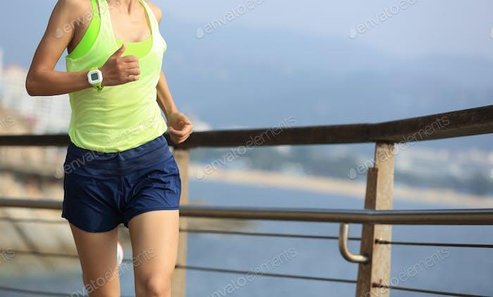 Fitness Sport Frau läuft auf Holz Promenade Meer