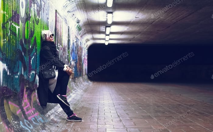 Vertical chica de moda rubia Caída estilo de tendencia urbana en graff