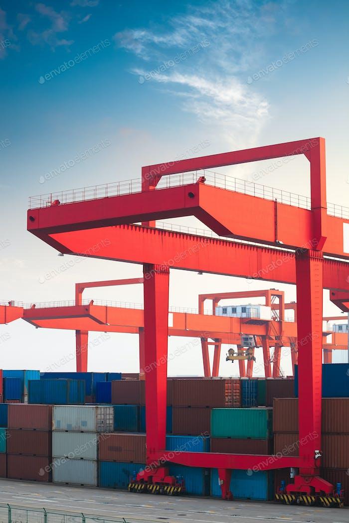 Kran im Containerterminal
