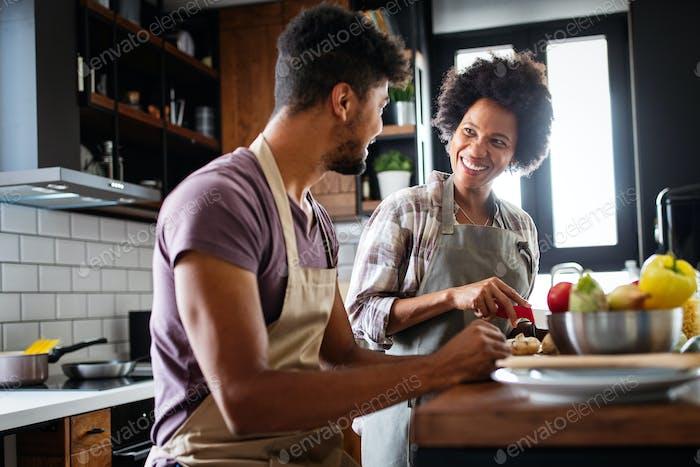 Glückliches junges Paar zusammen kochen in der Küche zu Hause