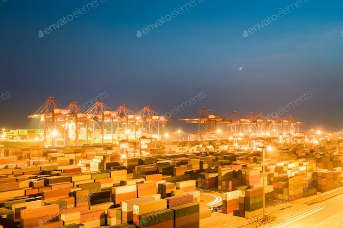 Containerterminal in der Nacht
