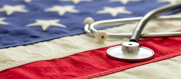 US-Gesundheit. Medizinisches Stethoskop auf einer USA-Flagge, Nahaufnahme.