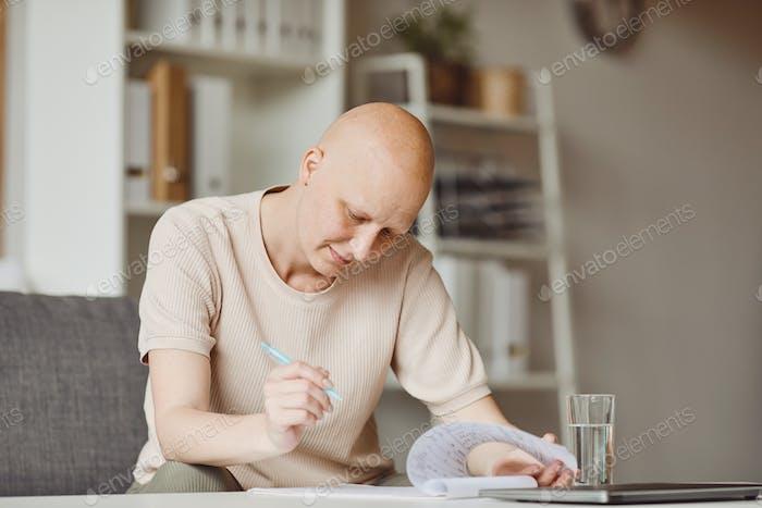Kahle Frau Unterschreiben Papiere