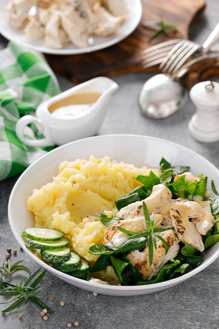 Kartoffelpüree mit gegrilltem Huhn und Spinatsalat