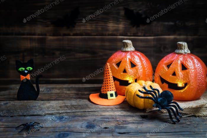 Halloween-Zubehör wie Kürbisköpfe, Spinnen, Hut und ca.