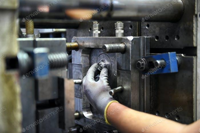 Arbeiter arbeiten an großen Industriemaschinen