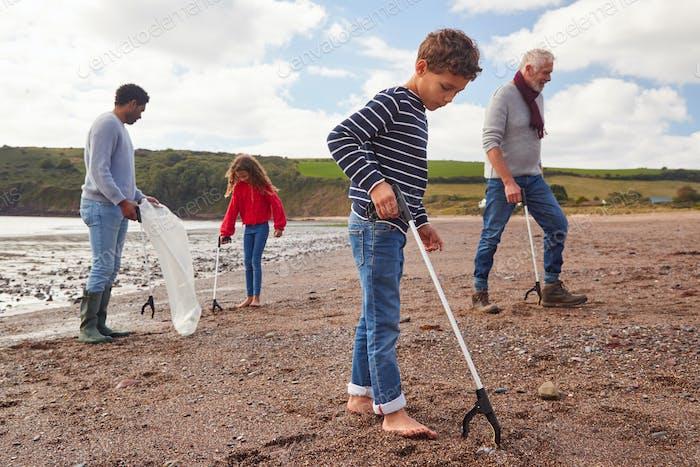 Mehrgeneration Familie Sammeln Wurf am Winter Beach Clean Up