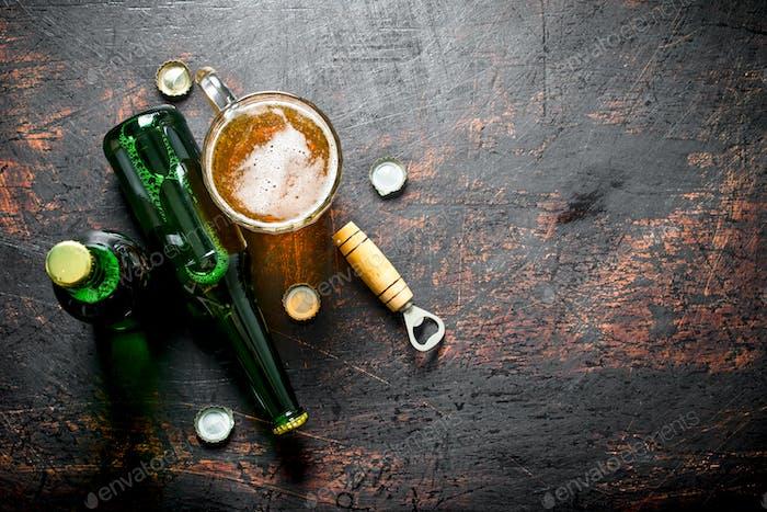 Ein  Glas Bier und eine Flasche.