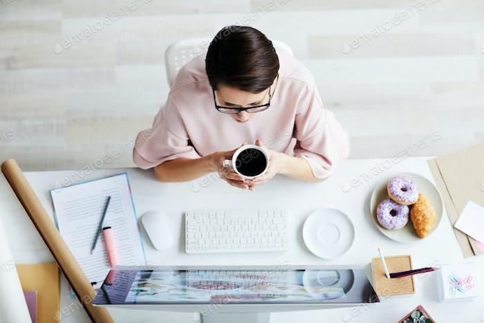Designer mit Kaffee
