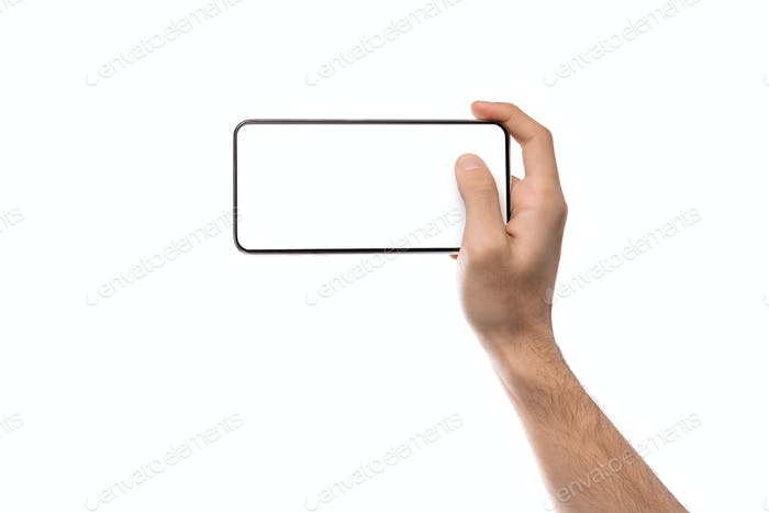 Mann hält Smartphone mit weißem leeren Bildschirm