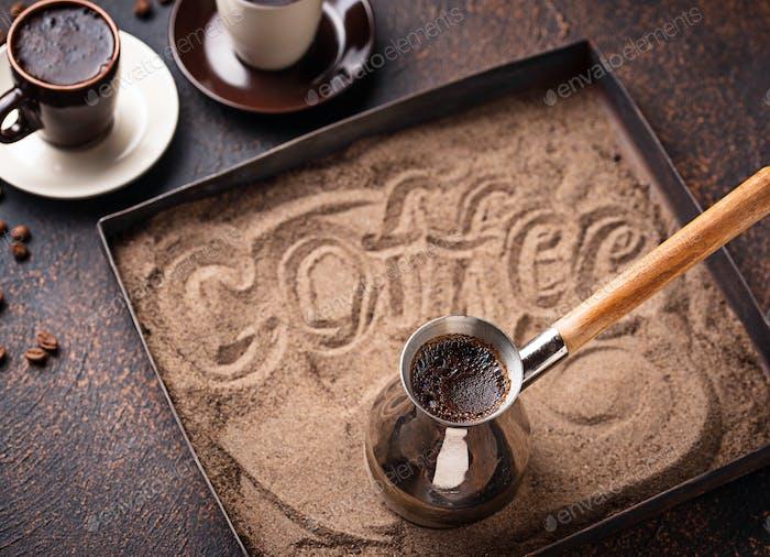 Traditioneller türkischer Kaffee auf heißem Sand zubereitet