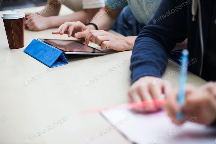 Schüler am Schreibtisch im Klassenzimmer