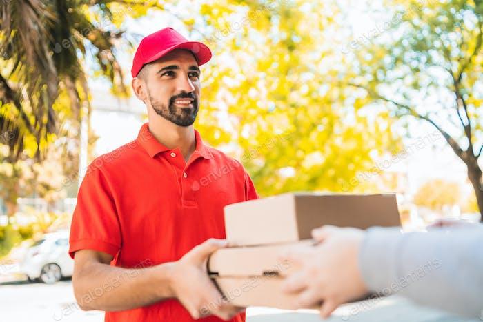 Lieferung Mann Transport Pakete während der Herstellung nach Hause Lieferung.