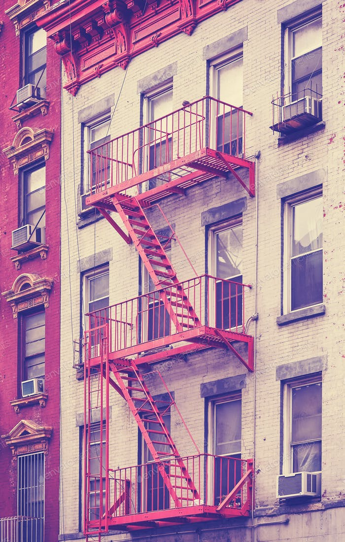 Пожарный выход жилого здания в Манхэттене, Нью-Йорк, США.