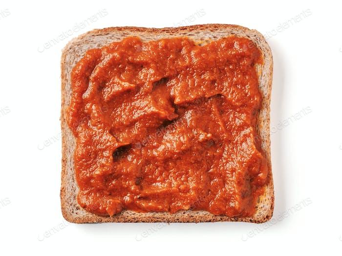 Brotscheibe mit Ketchup isoliert auf weiß