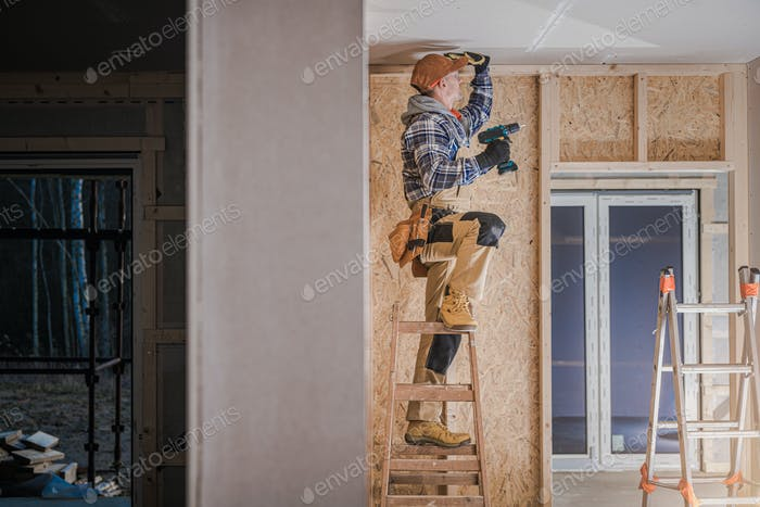 Trabajador de la construcción Instalación de elementos de techo de yeso