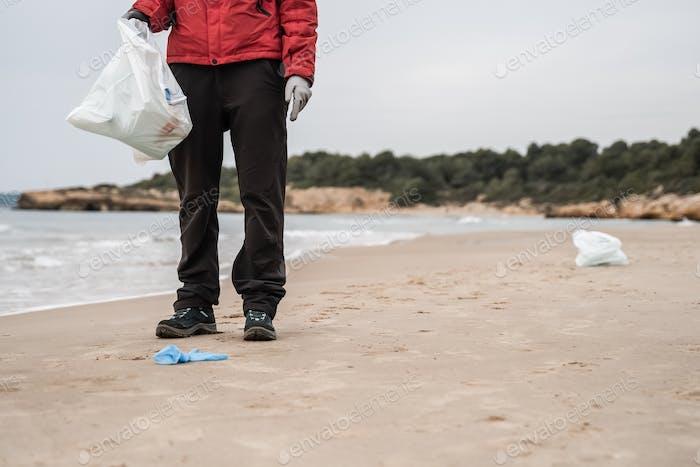 Freiwillige sammeln Müll und Plastik am Strand - Ökologie, Müllreinigungskonzept