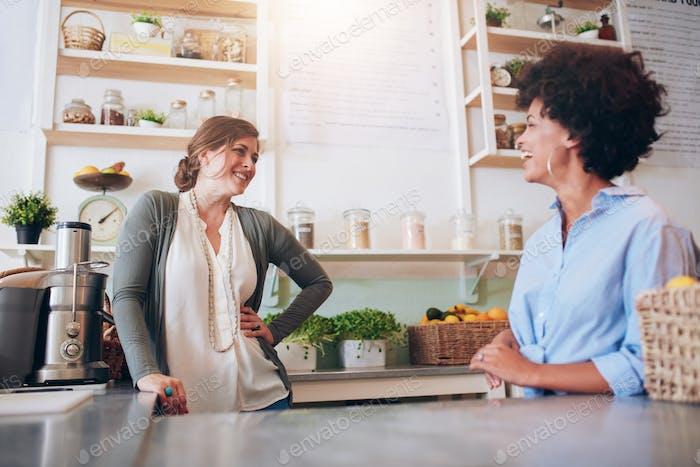 Frauen, die an Saftbar arbeiten