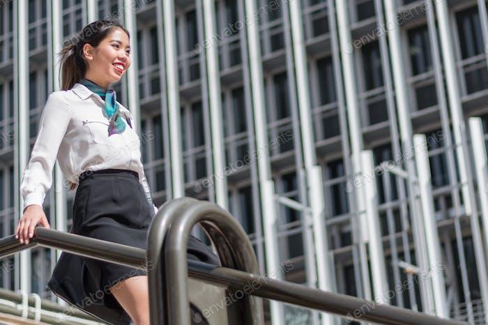 junge Geschäftsfrau auf Treppen schrubben Crew