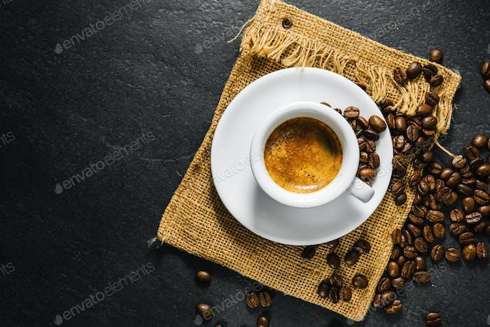 Tasse frisch zubereiteten Kaffee in Tasse serviert