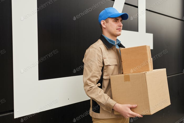 Arbeiter, die Pakete transportieren