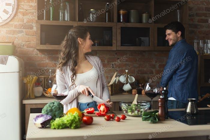 Alegre pareja cocinando juntos la cena