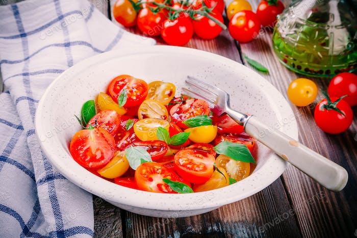 Ensalada de tomates cherry orgánicos con albahaca, balsámico y oliva