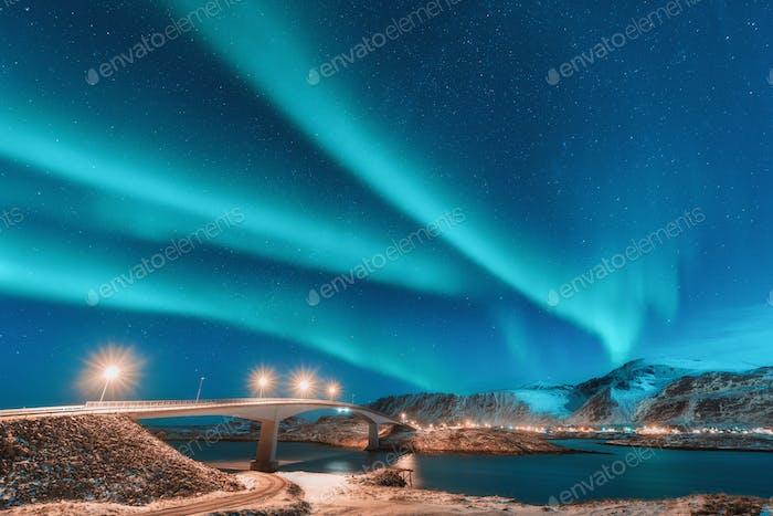 Nordlichter über Brücke mit Beleuchtung in Norwegen