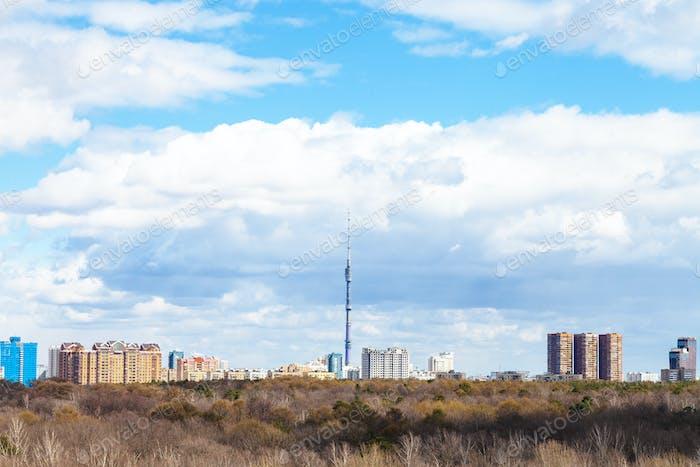 Moskauer Skyline mit Fernsehturm und Park im Frühjahr
