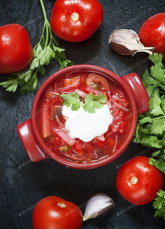 Traditionelle russische ukrainische Gemüsesuppe mit Kohlborschtsch mit saurer Sahne