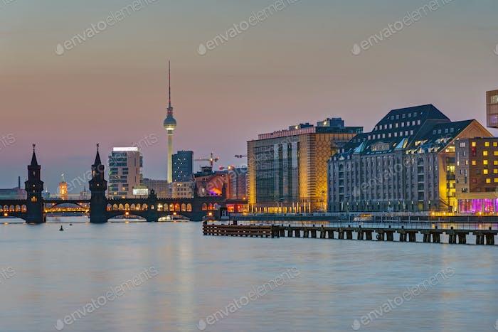 Crepúsculo en el río Spree en Berlín