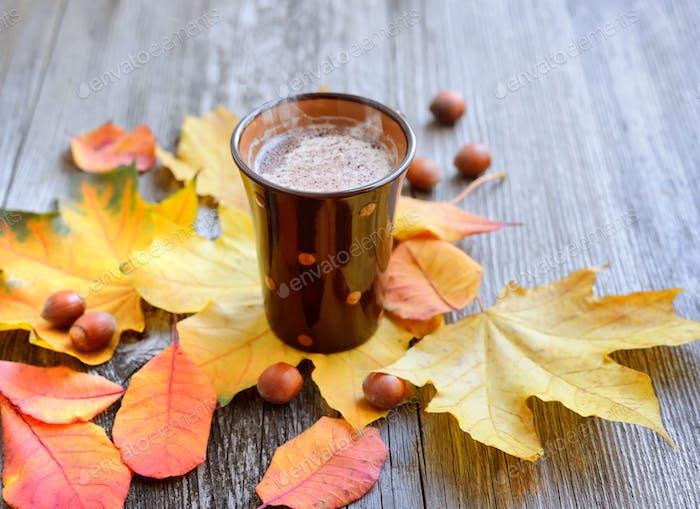 Herbst Tasse Kaffee, Nüsse, Schokolade und Herbstblätter. Herbst