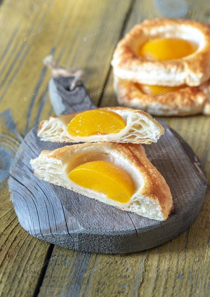 Puff pastry with canned peaches