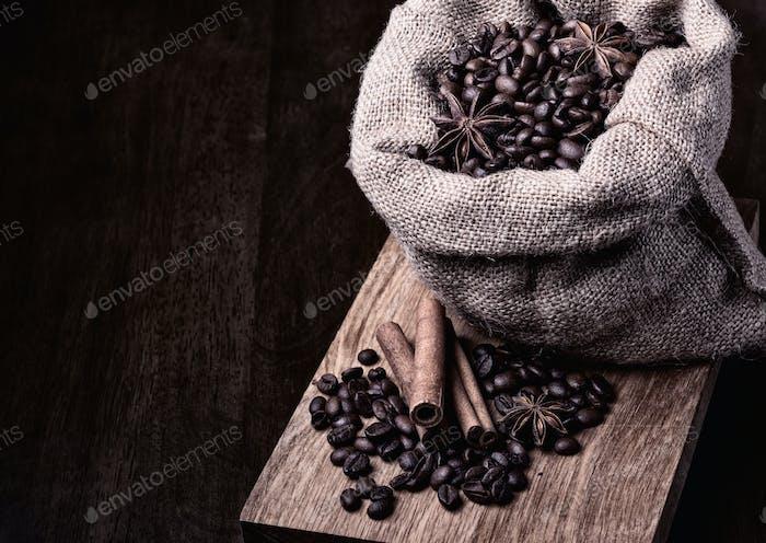 Beutel mit schwarzen Kaffeebohnen